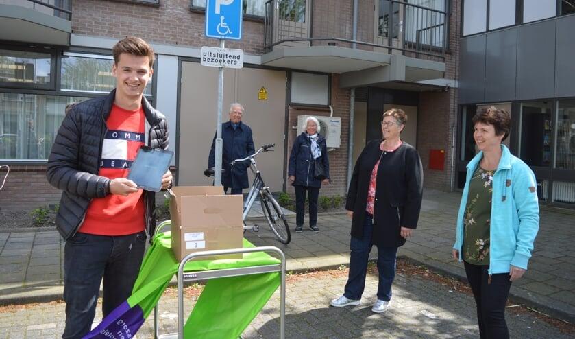 Yari Velders overhandigde de tablets aan Karin de Rooij en Franny de Wit