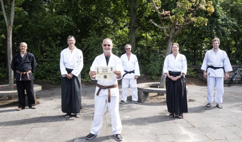 Harry van Tol toont trots zijn zojuist behaalde aikidodiploma (foto Jaap Dogger)