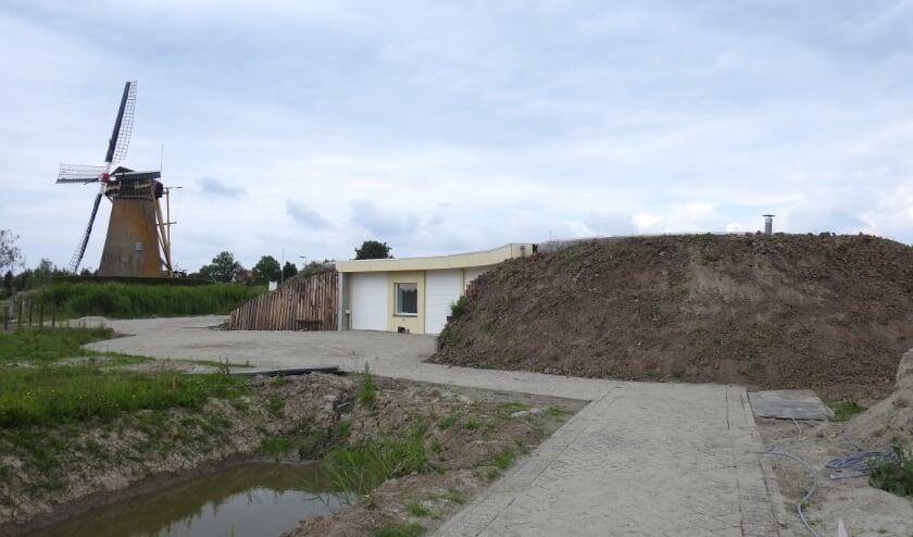 Met vrijwilligers wordt de laatste hand gelegd aan het Bezoekerscentrum Waalbos