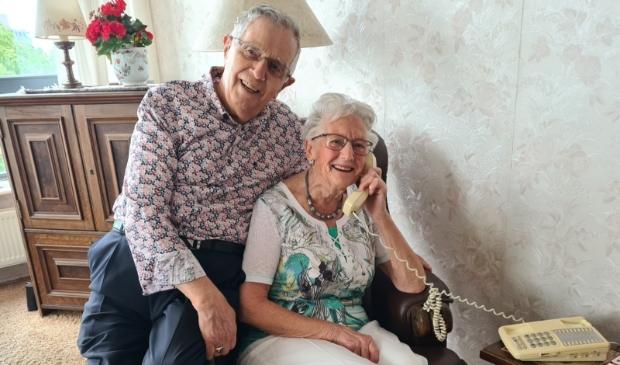 De burgemeester feliciteerde het echtpaar telefonisch.