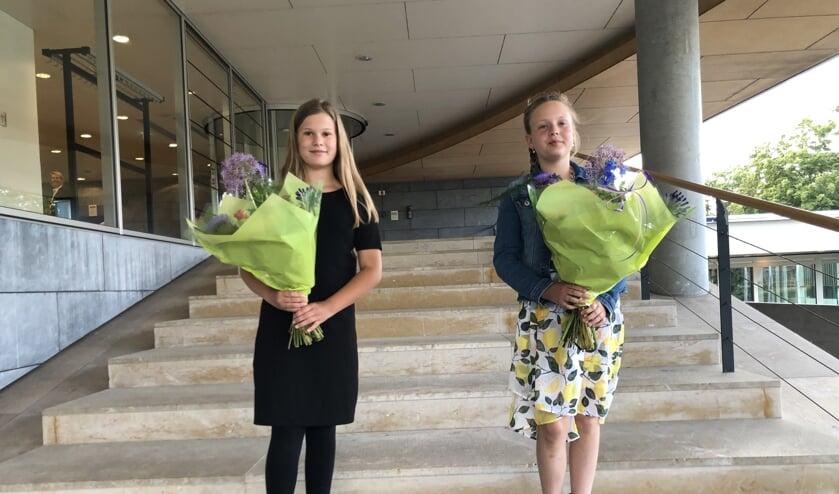 Zoë Luna Brasser en Reese Kuyt ontvingen beiden een grote bos bloemen.