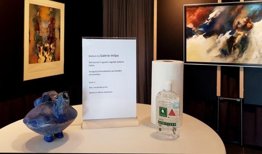 Handen desinfecteren voor bezoek aan de galerie