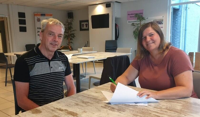 Monique Brandsma tekende met bestuurslid Peter Maaskant