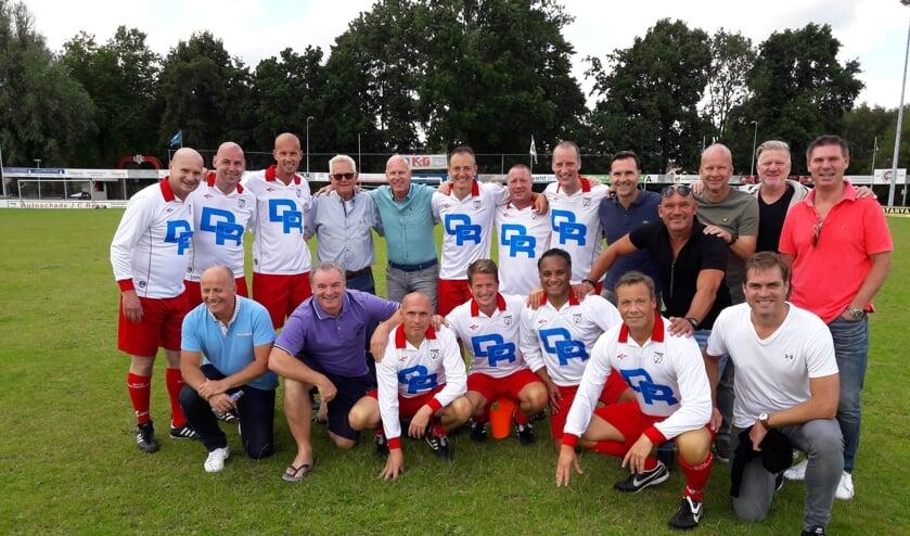 De kampioensselectie van Barendrecht van het seizoen 1998/1998 zaterdag bij DCV in Krimpen. Met staand vijfde van links trainer Ronald Klinkenberg. (Foto: Gert Onnink)