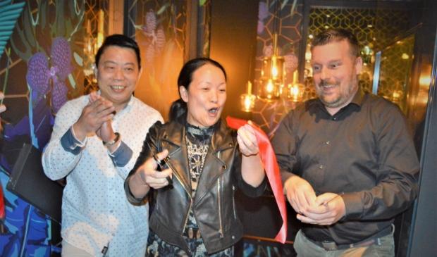 <p>Wethouder Henk van Os hanteerde met Xiu Li Ye en Long Qin Zhou de schaar</p>