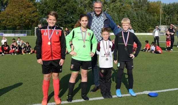 <p>Jan Snijder met de winnaars bij de pupillen: Jeremy Kingma, Elin Jacobs, Jaivey Vlap en Kasey van Driel</p>