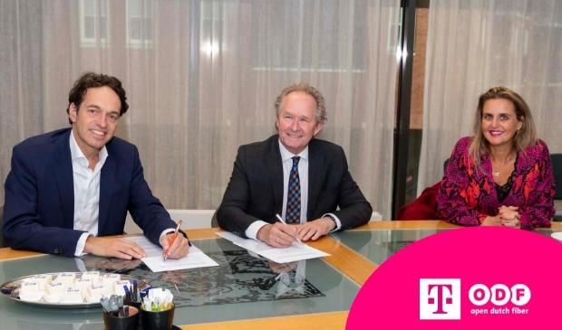 <p>Wethouder Marten Japenga (midden) tekende de overeenkomst voor glasvezel met Tisha van Lammeren, directeur Consumentenmarkt T-Mobile en Floris van den Broek, Co-CEO van Open Dutch Fiber. </p>