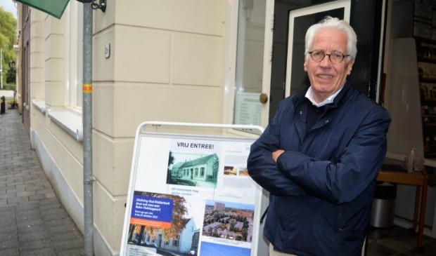 <p>Jan Verhoeven bij de entree van de Oudheidkamer</p>