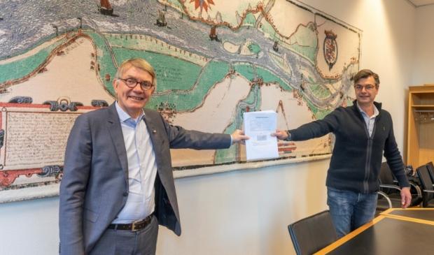 <p>John de Jong overhandigde de petitie aan wethouder Peter Meij vorige week donderdag.&nbsp;</p>