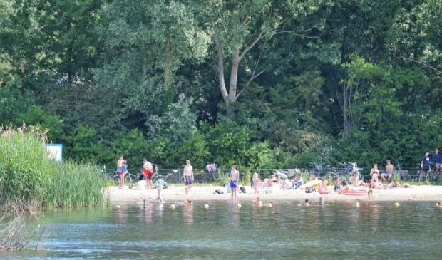 <p>Het strandje van het Oosterpark, een van de plekken die de komende weken goed in de gaten wordt gehouden.&nbsp;</p>