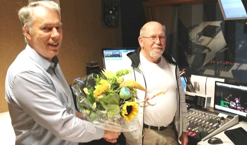 <p>Voorzitter Hans Magito zette Siem de Goede in de bloemen</p>