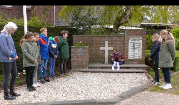<p>Leerlingen van De Driemaster bij het monument aan de Donckselaan.</p>