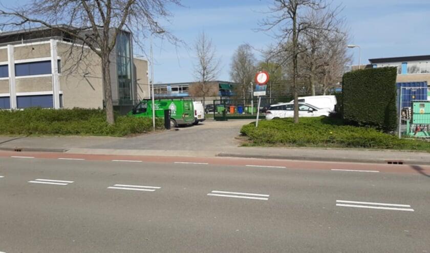 <p>Nu is er geen inrijverbod meer naar deze parkeerplaatsen bij het politiebureau.&nbsp;</p>