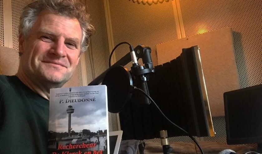 <p>Stemacteur Bart Oomen spreekt het nieuwe luisterboek in van het vierde Rechercheur de Klerck boek.</p>