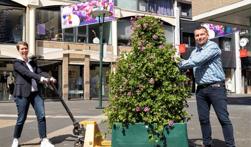 <p>Ellen van de Woestijne, voorzitter van de BIZ, heeft vorige week samen met wethouder Henk van Os de &nbsp;eerste bloemetjes buiten gezet.</p>