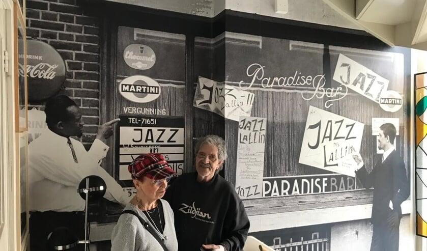 <p>De huidige versie van Ruby R. Kamerbeek bij de Paradise Bar.</p>