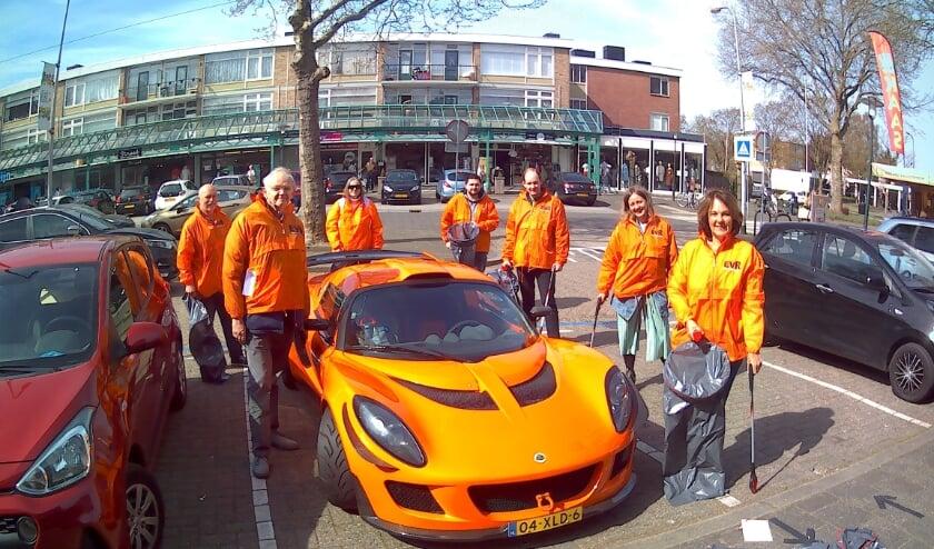<p>Een opvallende auto, toevallig in de kleuren van de partij, op het Dillenburgplein.&nbsp;</p>