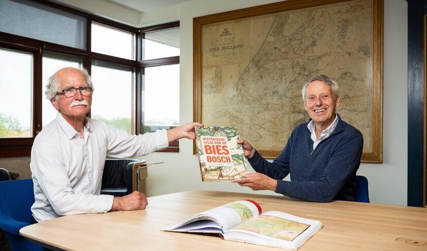 <p>Auteur Wim van Wijk overhandigt het eerste exemplaar van de Biesboschatlas aan dijkgraaf Jan Bonjer.</p>