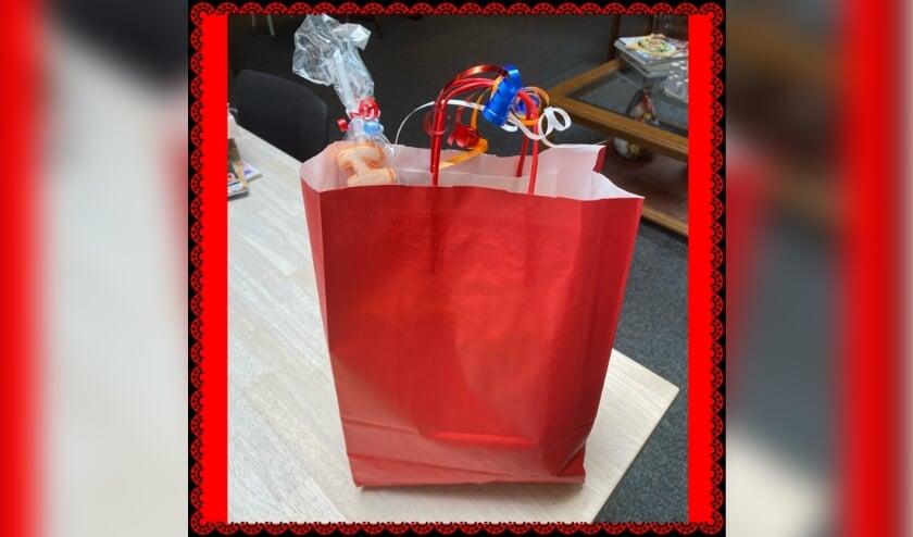 <p>De kinderen uit de wijk kunnen in het trefcentrum een EK tasje afhalen vol met leuke en lekkere dingen. </p>