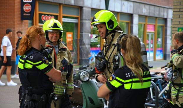 <p>Brandweer en politie op het Koningsplein. Van brand bleek geen sprake (foto Dennis van Wingerden)</p>