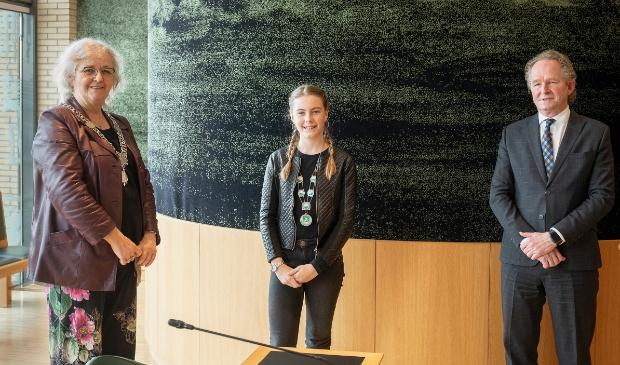 <p>Kinderburgemeester Maylin Ouwens met burgemeester Anny Attema en wethouder Marten Japenga</p>