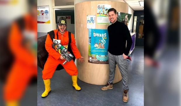 <p>Rico Hop ging met Guus Bok als Schimmelspuiter langs de Ridderkerkse scholen.</p>