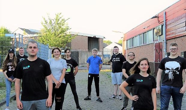 <p>Jongerenwerkers Aaron Broere en Evina Beekink en de ambassadeurs</p>