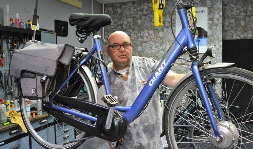 <p>Jan Kuik in zijn werkplaats in Bolnes.</p>