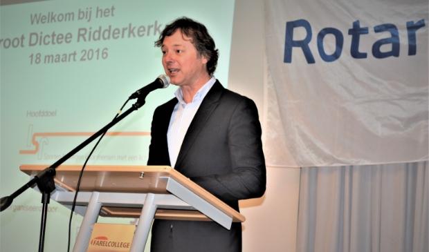 <p>Frits Sissing bij een eerder bezoek aan Ridderkerk, de presentatie van het Groot Dictee Ridderkerk.&nbsp;</p>