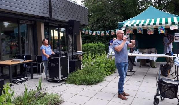 <p>Zanger Wil de Brouwer trad op in de tuin van Reyerheem.</p>