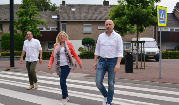 <p>De gemeenteraadsleden Marcen van Prehn (links) en Winnie Hofland met deurwaarder Arie Lodder. </p>