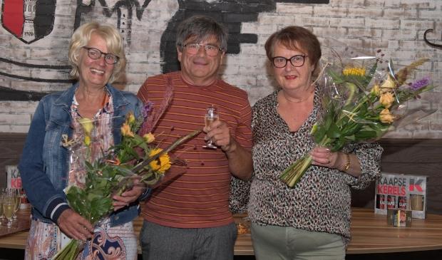<p>Voorzitter Rinus Hitzert met Truus Noorlander (links) en Riet Blok</p>
