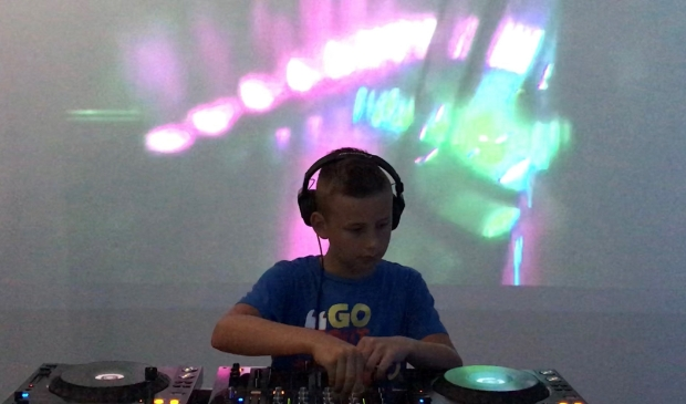 <p>In het DJ lokaal in De Baerne wordt de sfeer van een optreden gecre&euml;erd (foto Toon Vengossie).</p>