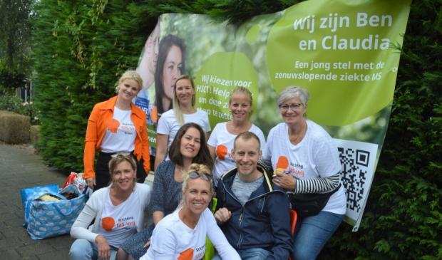 <p>Benjamin en Claudia van der Waal met de vrijwilligers die afgelopen zaterdag voor ze in touw waren in Slikkerveer.</p>
