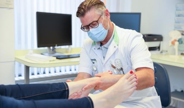 <p>Kamiel Doorgeest, orthopedisch chirurg, aan het werk in het Ikazia Ziekenhuis. </p>