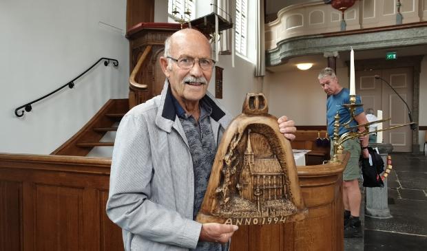<p>P. van der Jagt met zijn houtsnijwerk.</p>