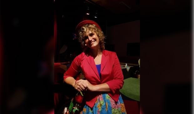 <p>Tante T glundert omdat ze weer verhalen kan gaan verzinnen met de kinderen. (Foto: Ruben Gouman). </p>