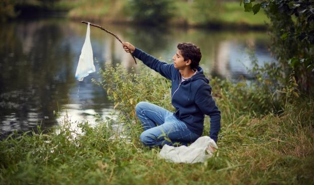 <p>Het scheppen van plastic en ander afval uit het water kan prijzen opleveren</p>