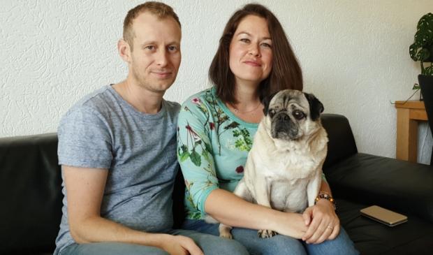 <p>Foto: Benjamin en Claudia met hun hond Bram.</p>