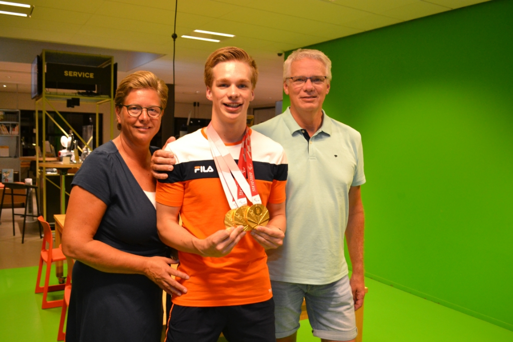 Rogier Dorsman en zijn ouders. Foto:  © BAR Lokale Media