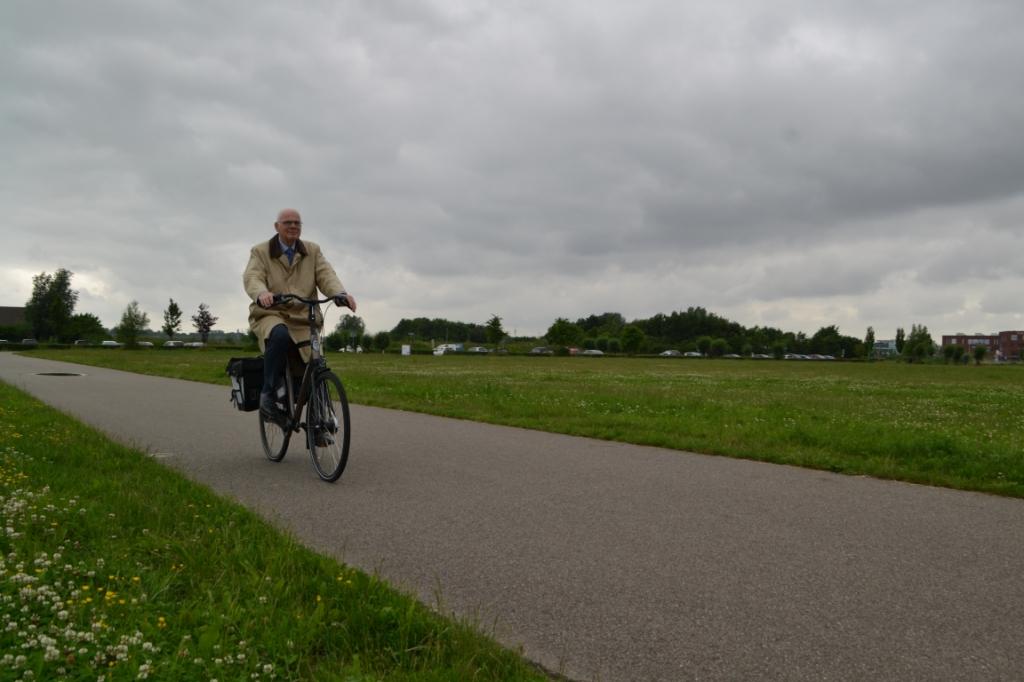 Niet bang voor een dreigende lucht: de burgemeester op de fiets door Barendrecht.  © BAR Lokale Media