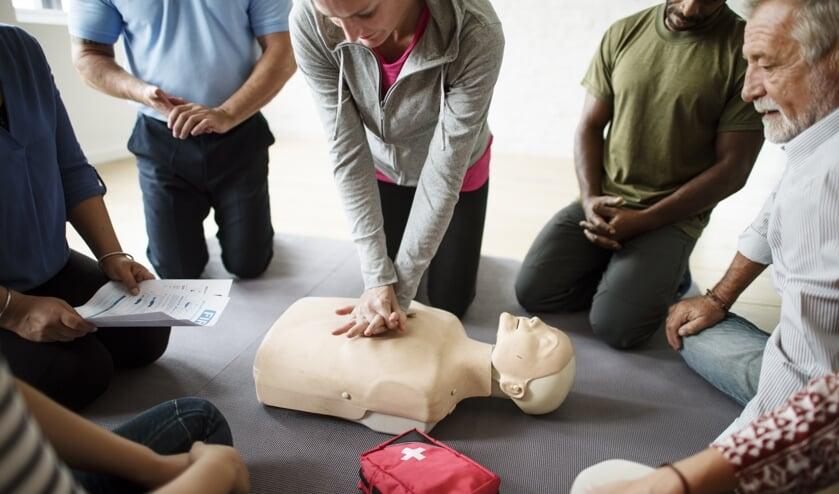 <p>Een AED kan helpen om een leven te redden. Iedereen kan er een gebruiken, maar het is wel verstandig om ook echt een reanimatiecursus te volgen om zelfvertrouwen in het handelen te krijgen.</p>