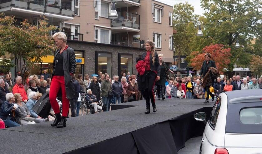 <p>Geen modeshows dit jaar op de catwalk in het centrum zoals in 2019, maar wel een modeweekend waarbij de nieuwe collecties getoond worden. (Foto: Op naar Nijverdal)</p>