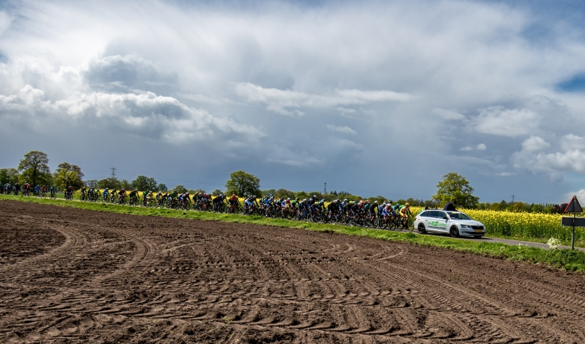 04-05-2019: Wielrennen: Ronde van Overijssel: Rijssen  peloton geneutraliseerd het spoor is dicht