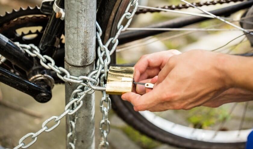 <p>Een fiets goed op slot zetten is belangrijk om te voorkomen dat deze onvrijwillig van eigenaar wisselt - en uiteindelijk in een gemeentelijke fietsveiling komt.</p>