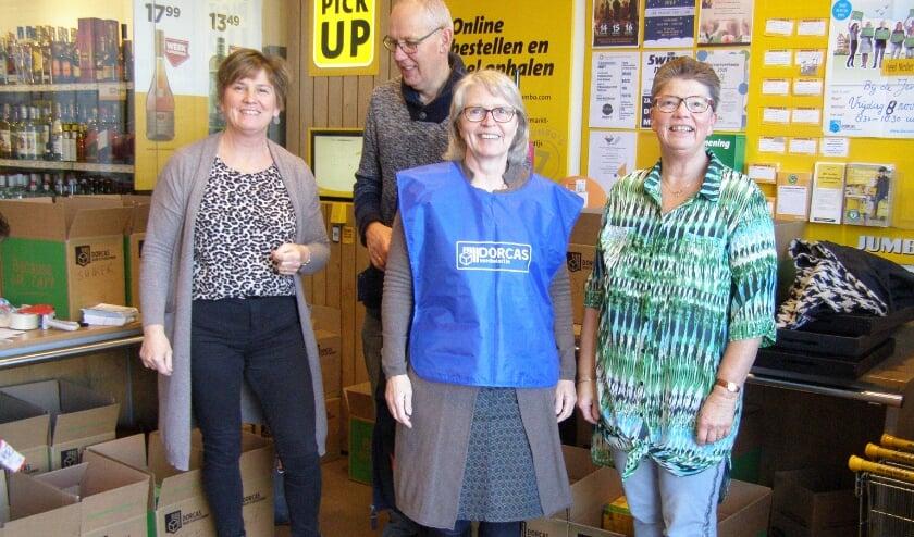 Vrijwilligers vorig jaar actief met voedselpakketten bij de Jumbo