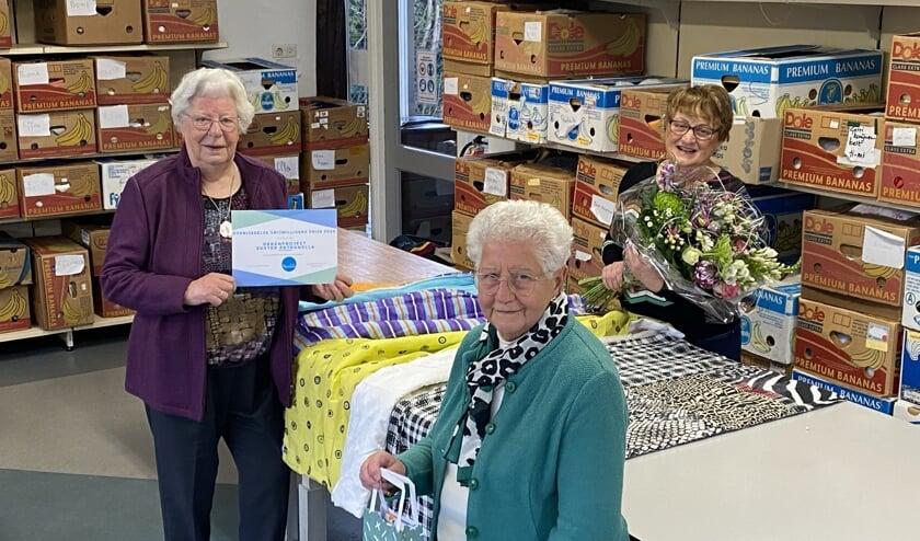 <p>Vorig jaar mochten de dames van het Dekenproject nog de vrijwilligersprijs in ontvangst nemen. Kort daarvoor was Zuster Petronella, de initiatiefneemster van het project en nog altijd zeer betrokken, overleden.</p>
