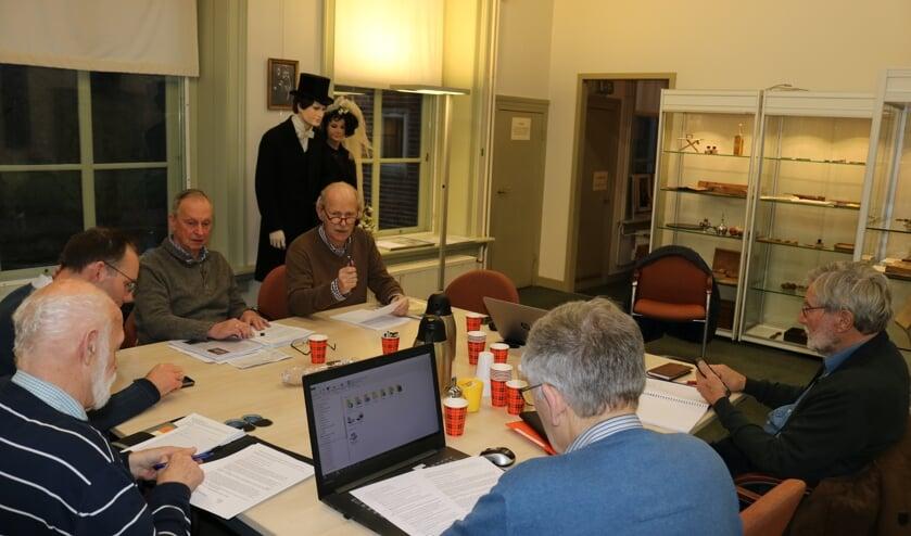 Rijssen - De schrijvers van Historisch Oarfgood Riessen overleggen in de stadshistoriezaal van het Rijssens Museum.