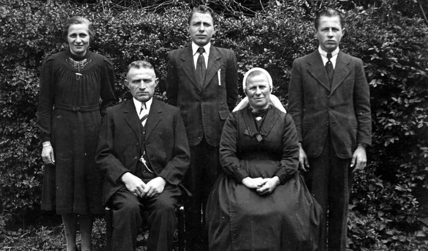 De familie Klumpers in de Dijkerhoek waar Joost , Leo en Willemina onderdak vonden. Staand van links naar rechts Hanna, Willem, Jan, zittend Arend Jan en Tonia