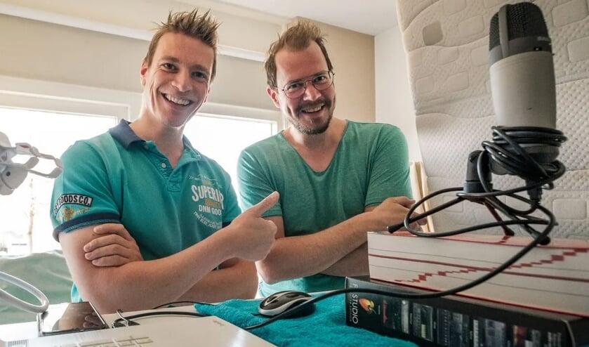 Martin ter Denge (links) verzorgt wekelijks een uur luisterplezier met fotograaf Gerbert Voortman.
